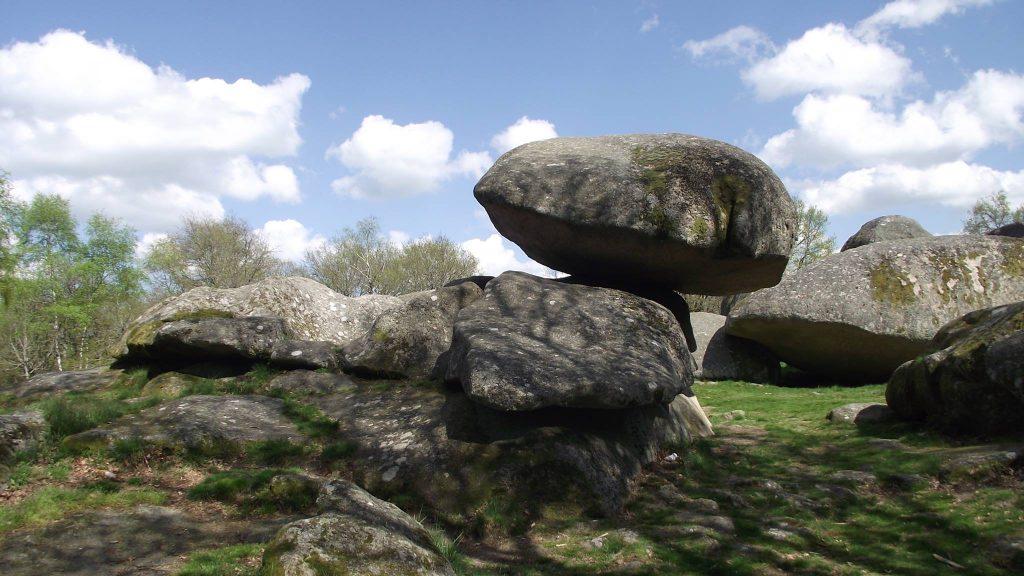 les pierres jaumâtres dans la Creuse - formation géologique - attraction touristique
